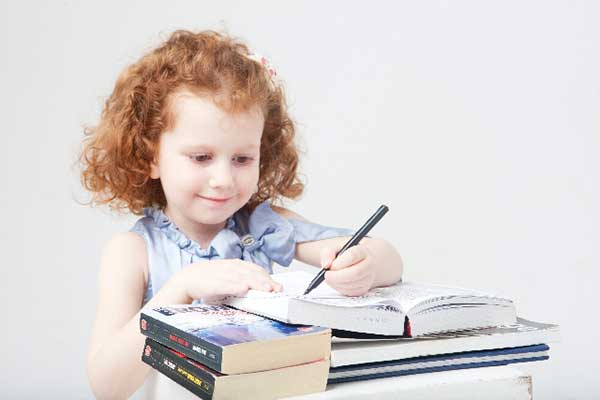 小女孩英语学习